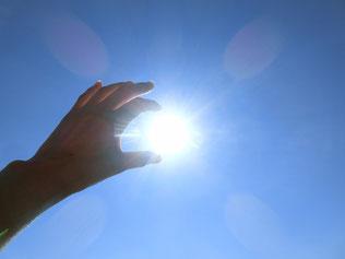 写真 「太陽を手でつまむ」