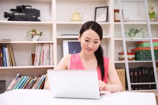 写真 「パソコンを操作する女性」
