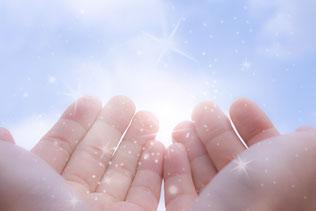 写真 「太陽の光を手のひらで受け取る」