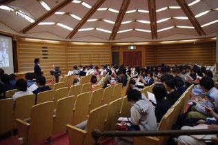 館の概要と夏目漱石展の解説を聴いています。