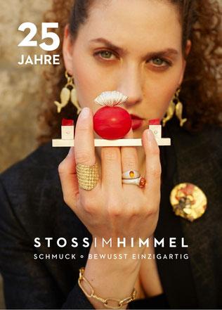 Fanny Krausz im Atelier STOSSIMHIMMEL, stehend auf einem Werktisch. Foto: Lukas Gaechter