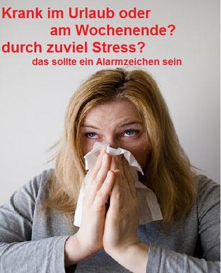 Frau ist erkältet, putzt sich die Nase, im Schlafanzug, Stress und Entspannung, EMDR, Trauma-Therapie, PTBS, Rosacea, Neurodermitis, Psoriasis, Psychotherapie