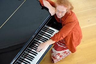 Bild: Sofia Khorobrykh mit Klavier