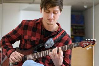 Bild: Markus Kapperer mit E-Gitarre