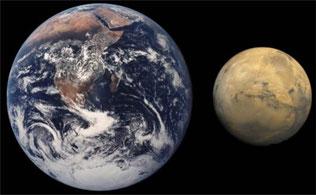 左が地球、右が火星(NASA)