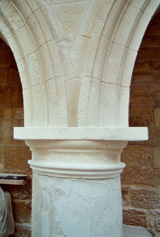 restoration-column-capital-stone-moulding-historical-monument-barbentane