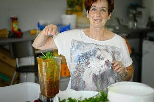Christine Breyer bereitet handgefertigte Leckereien zu