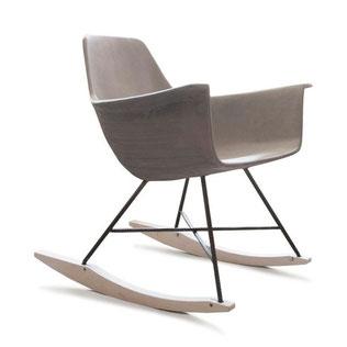 L'assise en béton allégé est en parfaite harmonie avec son empiètement en métal et à ses balanciers en bois. Ce fauteuil reflète le côté contemporain du rocking chair des années 50.