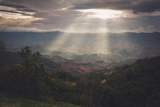 Ein Augenschmaus mit dem Sand, dem satten Grün, den Bergen in der Ferne und den uneinschätzbaren Wolken am Himmel. Wann macht sich die Regenzeit entgültig breit?