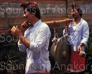 Gong processionnel balinais. Ce dispositif, constitué de deux liens verticaux indépendants, est le plus efficace pour empêcher le tournoiement du gong.