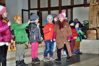Die Kindergarten Kinder spielen die Geschichte vom heiligen Martin, der seinen warmen Mantel mit einem frierenden Bettler teilt.