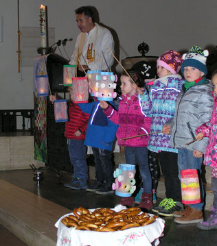 In der Kirche spielen die Kindergarten Kinder die Geschichte vom heiligen Martin, der seinen warmen Mantel mit einem frierenden Bettler teilt. Diesmal mit dem neuen Pfarrmoderator Thomas Natek.