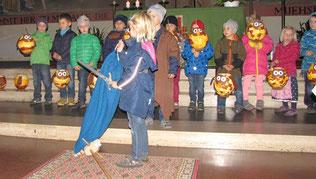Die Kindergarten Kinder spielen die Geschichte vom heiligen Martin.