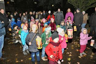 Anschließend zogen die Kinder, Eltern und Verwandten singend durch den dunklen Park und fanden den Abschluss beim Kipferlteilen.