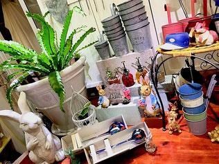 練馬桜台ガーデニングショップかのはの雑貨屋さんを意識したスペースです。店にウィンドウがあったならこんな感じも可愛いですよね。 練馬桜台 ガーデニングショップかのはの
