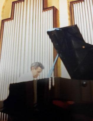 Konzertstimmer Ewald Vögele bei der Arbeit. Bester Klavier- und Konzertstimmer