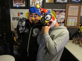 (左から)菊タロー選手、くいしんぼう仮面選手