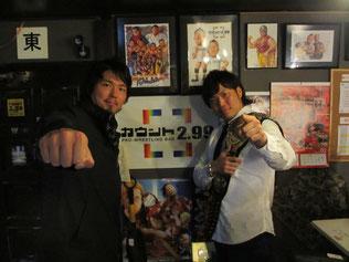 (左から)ジェイク・リー選手、宮原健斗選手