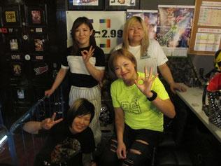 (奥左から)中島安里紗選手、世志琥選手          (前左から)南月たいよう専務、高橋奈七永選手
