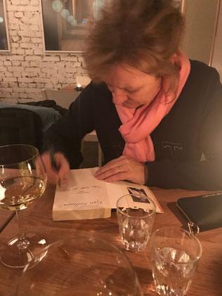 Trude Teige beim Signieren meines Buches Mormor danset i regnet