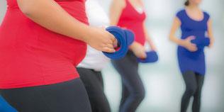 Ein paar schwangere Frauen, die locker Sport machen.