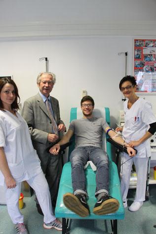 Student Markus Krause fühlt sich gut betreut (von li. nach re.)  Irene Kaiser, Dr. Claus Meyer, Student Markus Krause und Carina Lucchin.