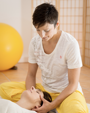 Katharina Grotte enstpannende  Shiatsu Cranio Behandlung am Kopf