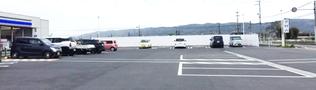 郊外のコンビニ 車路幅 8m