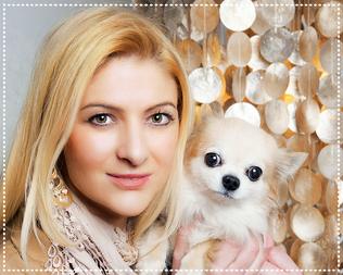 Klaudia Maria Hornakova Psychologische Beraterin - ADHS Coach GoldeneMitteFinden mit Chihuahua Hund auf Arm