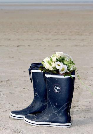 Hochzeit auf Amrum, Hochzeitsaufnahme am Strand, Stiefel der Braut mit Brautstrauß