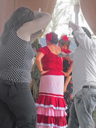 Rot und gerüscht oder kariert und in Jeans - alle tanzen Sevillanas