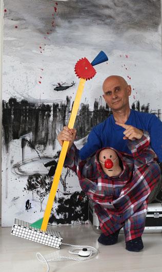 Prestel mit einer »Le Coq« vor seinem Bild »Russische Friedenstaube«
