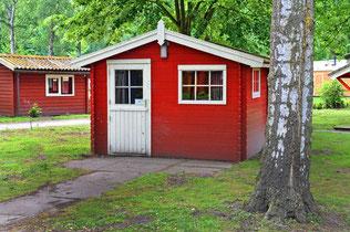 Das Gartenhaus ohne Sockel im Bild ist kein Blockhaus - Gartenhäuser haben kurze Lebensdauer und sind nicht als Wohnhaus konzipiert