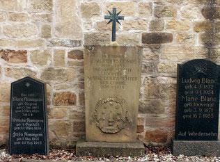 Alte Grabsteine auf dem Großvillarser Friedhof mit Waldensernamen