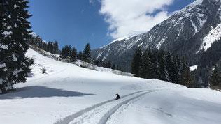 Romantische Winterwanderung mit Hund im Stubai