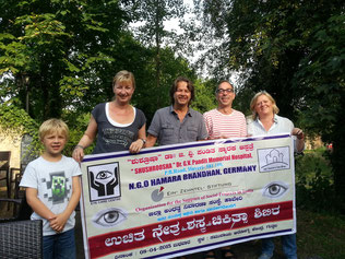 Hamara Bandhan überreicht der Ein-Zehntel-Stiftung einen Original-Banner aus Indien