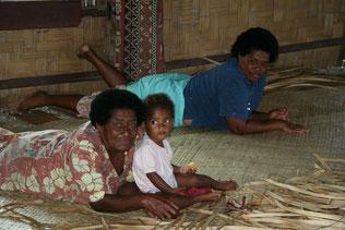 3 Generationen von fijianischen Frauen in ihrem Zuhause