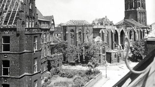 Blick zum Dellplatz und auf die zerstörte Kirche. Die Ausstellung kann noch bis zum 1. November besucht werden. (WAZ-Foto: Zeitzeugenbörse Duisburg)