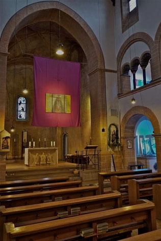 St. Gertrud: das Foto zeigt Werke über dem Altar, auf dem rechten Seitenaltar und auf der rechten Empore