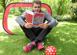 Unser FSJler Phillip studiert schon mal das Gutscheinheft von Stadt Hannover und Stadtsportbund