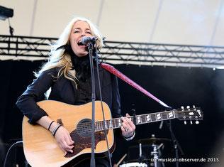 Jennie-Ann Smith greift auch zur Gitarre.