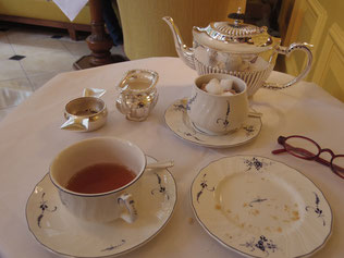 お茶とビスケットのセットを食べた後。 予約したアフタヌーンティは、ゴーリングホテル特製の黄色いティーカップが出てきます。