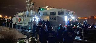 Personal de la Organización Internacional para las Migraciones ayuda al desembarco de refugiados en Trípoli, Libia. Foto: OIM