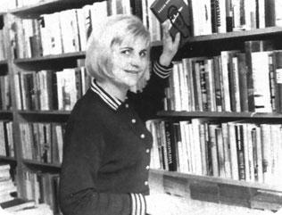 """Auch die Leiterin der Volksbuchhandlung Radeberg Hauptstraße war bemüht, für """"gute Kunden"""" ein Schmeckerchen zu reservieren… (Foto: Hans Lange; """"Radeberger Kulturleben"""" Dez. 1965)"""