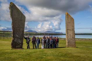 Abbildung: Unsere Gruppe vor den Stones of Stenness / © Klaus Schindl