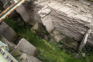 Abbildung: Blick in den Stalled Cairn von oben / © Klaus Schindl