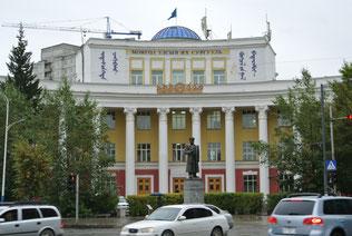 モンゴル国立大学正門前のチョイバルサン元帥像
