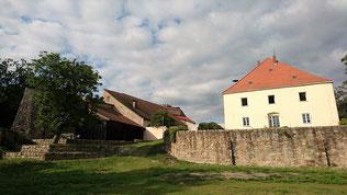 Burg Mitterfels, überbaute Schildmauer und Pflegschloss von Kernburg aus gesehen