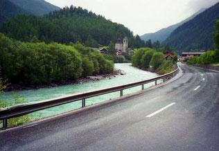 in Ramosch kreuzten wir die Asphalt-Strasse in Richtung Berge