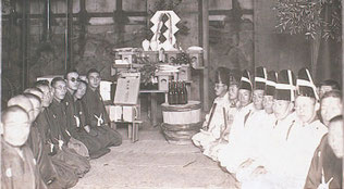 豊村酒造有限会社の創業は明治七年(一八七四)。  新宮町にあった造り酒屋「豊賀屋」の当主・豊村喜右衛門の次男・喜三郎が流通の利便性を考え、当時、海上交通の拠点として栄えていた津屋崎に、敷地面積約三千三百平方メートルの酒蔵を開いたのが始まりです。